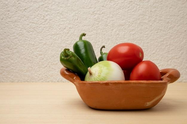 典型的なメキシコのソースを準備するための材料が入った粘土容器