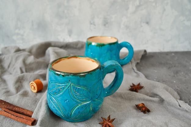 Глиняные чашки ручной работы в синем цвете. понятие экологии.