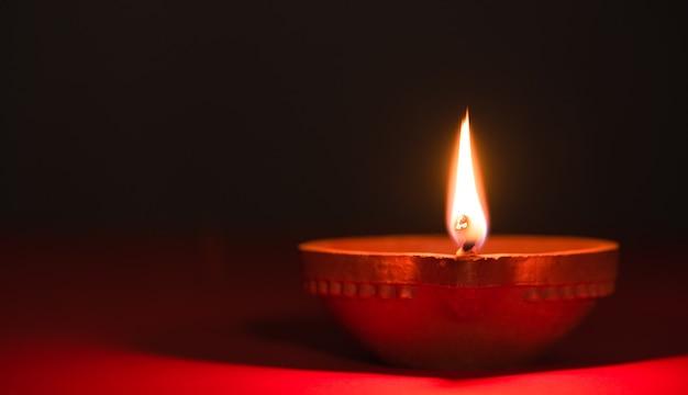 Глиняные лампы diya зажжены во время празднования индуистского фестиваля огней дипавали