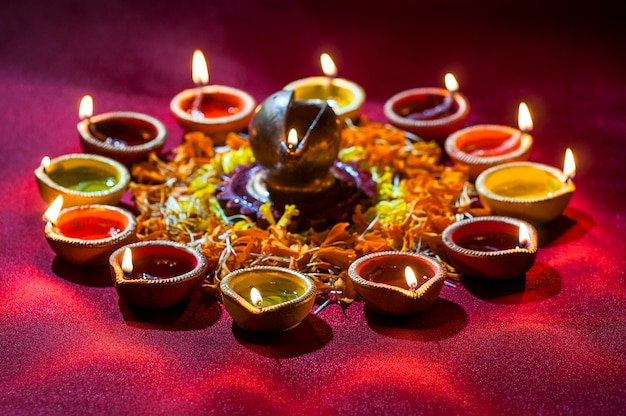 Глина дия лампы зажглись во время празднования дивали. поздравительная открытка дизайн индийского индуистского фестиваля света под названием дивали