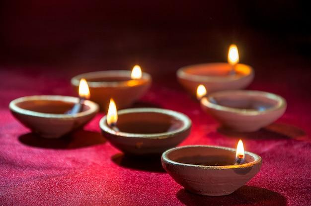 클레이 디야 램프는 디 왈리 축제 기간 동안 켜졌습니다. 인사말 카드 디자인 디 왈리라는 인도 힌두 빛 축제