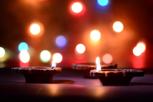 Глиняные лампы дия зажигаются во время празднования дивали. дизайн поздравительной открытки индийский фестиваль индуистского света под названием дивали
