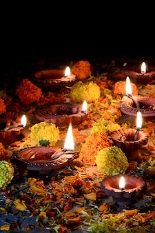클레이 diya 램프는 디 왈리 축제 기간 동안 켜졌습니다. 인사말 카드 디자인 디 왈리라는 인도 힌두 빛 축제