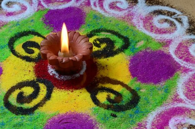 클레이 diya 램프 디 왈리 축제, 백그라운드에서 rangoli 동안 조명