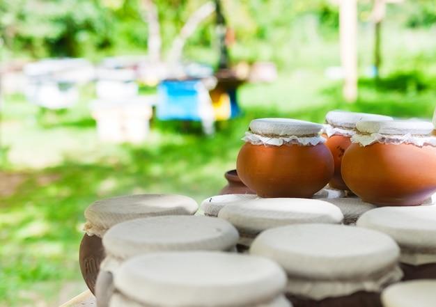 Глиняные горшочки с медом на пасеке.