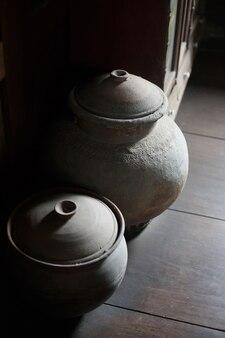 워크숍에서 점토 제품. 어두운 방에서 냄비 또는 용기 그릇 스탠드