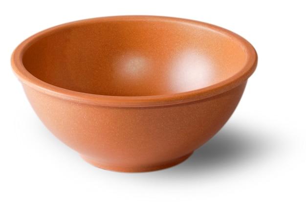 Блюдце из глины для продуктов, нарезанных по белой поверхности