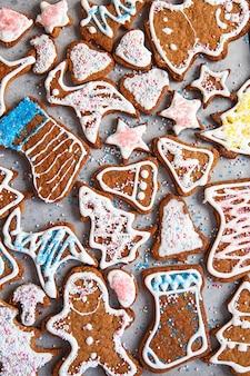Глазурованные украшения пряники домашнее печенье на рождество, вид сверху, плоская планировка