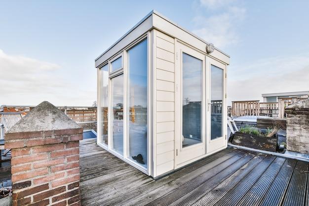 아름답고 고급스러운 집의 깨끗하고 빈 지붕