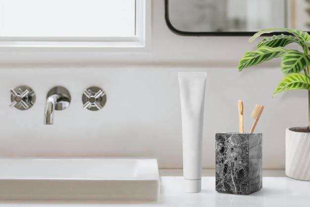 清潔なバスルーム、最小限の家の装飾