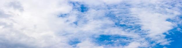 구름 파노라마 배경으로 깨끗한 푸른 하늘 프리미엄 사진