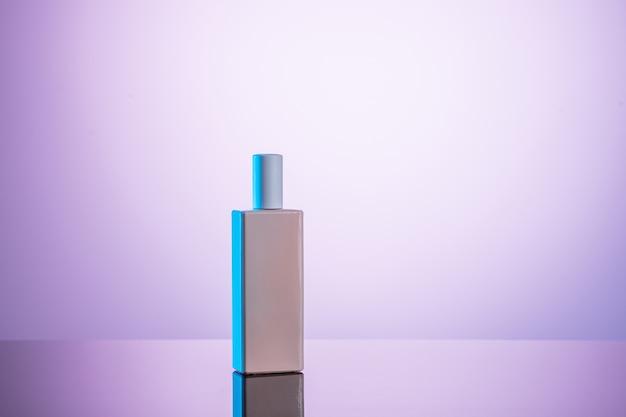 Бутылка лосьона для чистого тела, изолированная на бело-розовом фоне с обтравочным контуром