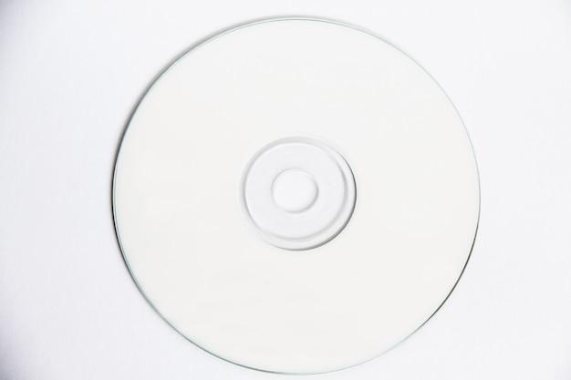 きれいなcdコンパクトディスクのモックアップを白で隔離