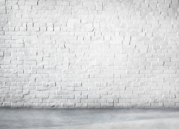 Struttura costruita in cemento pulito su fondo bianco con spazio di copia
