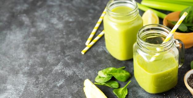 Чистая еда. детокс-смузи. зеленый полезный напиток со шпинатом, бананом, огурцами, лаймом и листьями мяты