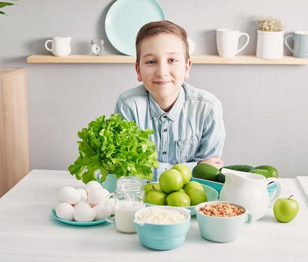 건강한 요리 재료를 깨끗하게 먹는다. 음식 프레임. superfoods 개념. 건강 한 아침 식사, 건강 한 식습관 및 음식, 다이어트, 채식 부엌, 요리 개념 및 무게 손실. 부엌에서 아이 보