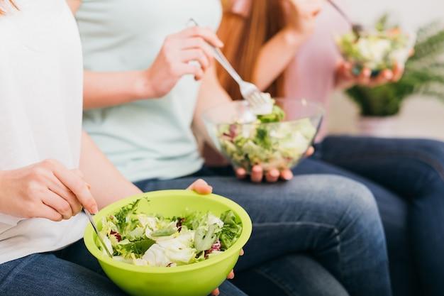 깨끗한 식사. 유기농 레시피. 건강한 전체 식품 영양. 여성의 손에 그린 샐러드 그릇.