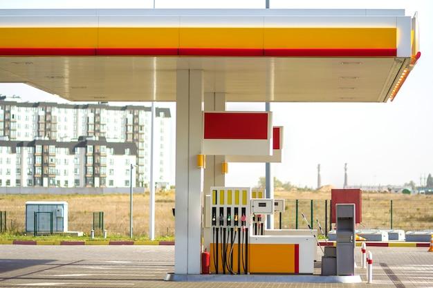 晴れた日に田園風景のきれいな空の自動ガソリンスタンドの外観