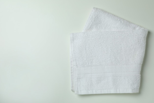 Чистые сложенные полотенца на белом