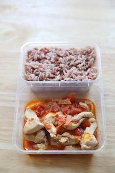 きれいな食べ物鶏肉とトマトとご飯