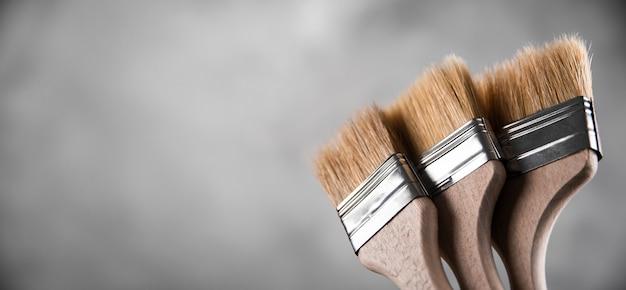 Чистые свежие новые кисти для рисования на сером размытом бетонном фоне. закройте с копией пустого пространства для текста. баннер для рекламы.