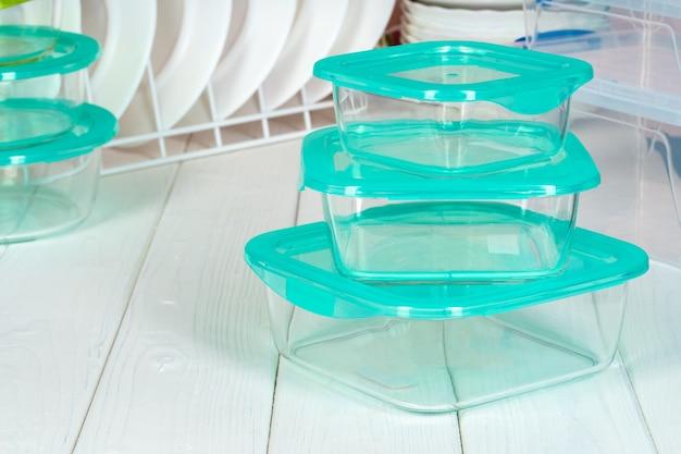 Чистая кухня с различными тарелками и коробками с едой