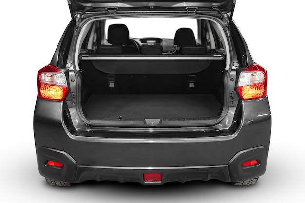 Чистый, открытый пустой багажник в сером автомобильном внедорожнике на белом изолированном фоне