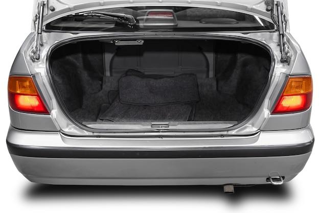 Чистый, открытый пустой багажник в серебристом седане на белом изолированном фоне