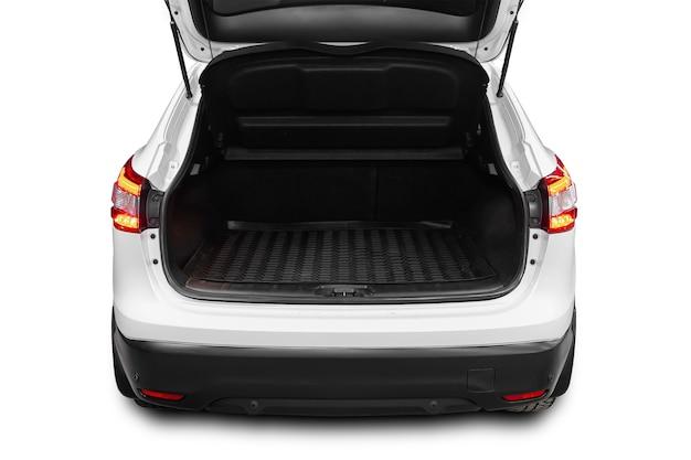 Чистый, открытый пустой багажник в белом внедорожнике на белом изолированном фоне