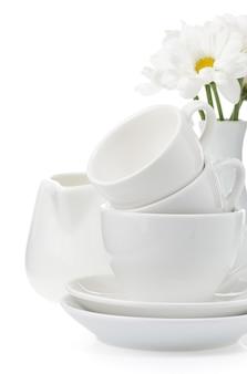 Чистые тарелки и чашки изолированы