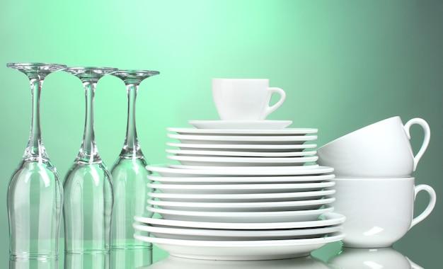 Чистые тарелки, чашки и стаканы
