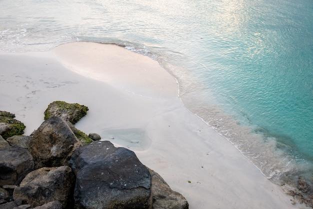 Spiaggia di sabbia pulita con un mare cristallino