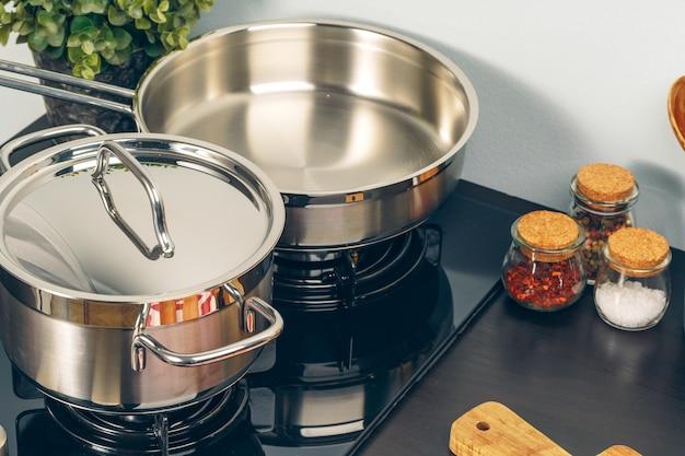 Чистая кастрюля на газовой плите на кухне