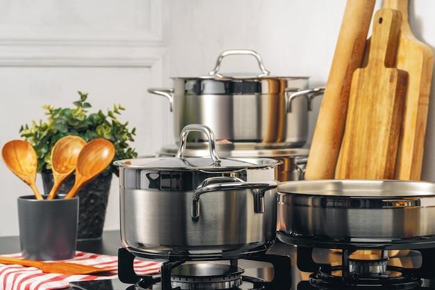 台所のガスストーブのきれいな鍋