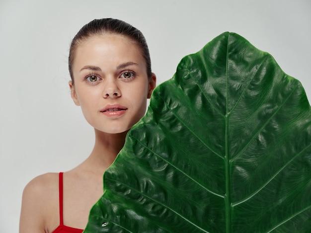 孤立した背景パターンときれいな肌美しい女性緑の葉のヤシの木