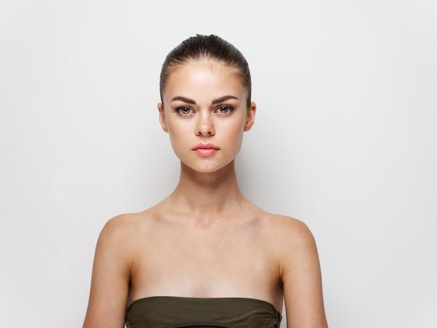 きれいな肌の美容女性の髪型モデル