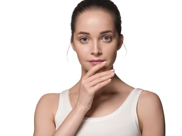 Чистая кожа лица женщины естественный составляет модель красивой красоты. изолированные на белом.