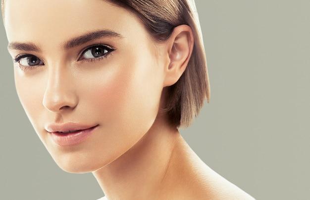 きれいな肌の女性ナチュラルメイク美容ヘルシースキン。色の背景。スタジオショット。
