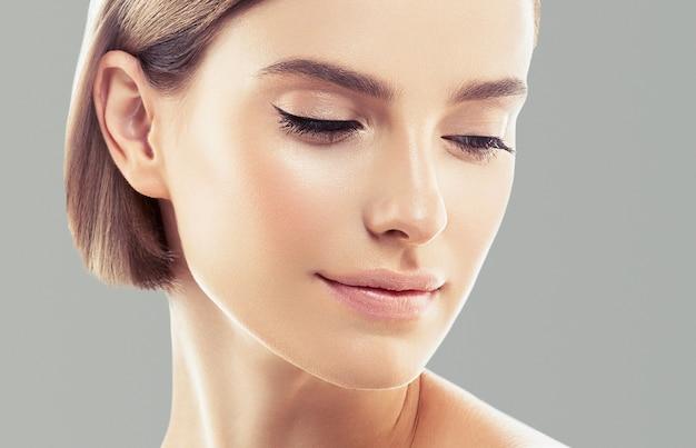 Чистая кожа женщины естественный макияж красоты healthyskin. цвет фона. студийный снимок.
