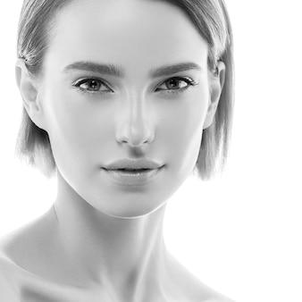 Healthyskin красоты красоты чистой кожи женщины естественный изолированный на белизне. студийный снимок. монохромный. серый. черное и белое.
