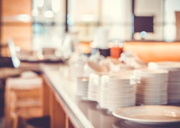 Чистая стопка посуды на размытой кухне