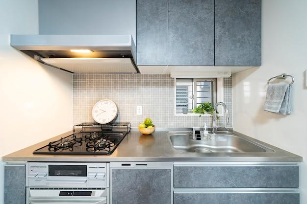 Чистая система кухни, серый цвет, в комнате
