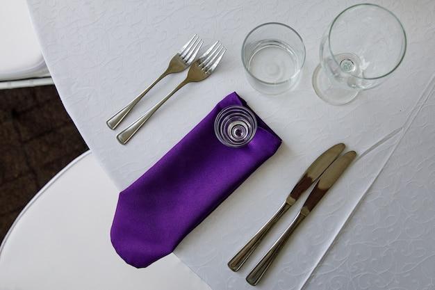 축제 테이블에 식기를 청소하십시오.