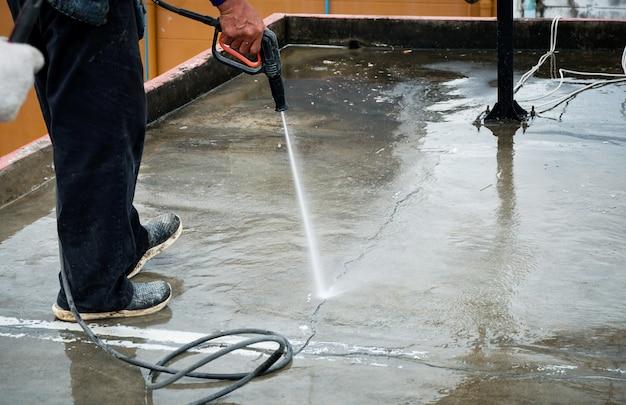 Очистите цементный пол с помощью очистителя высокого давления. трещина в полу.