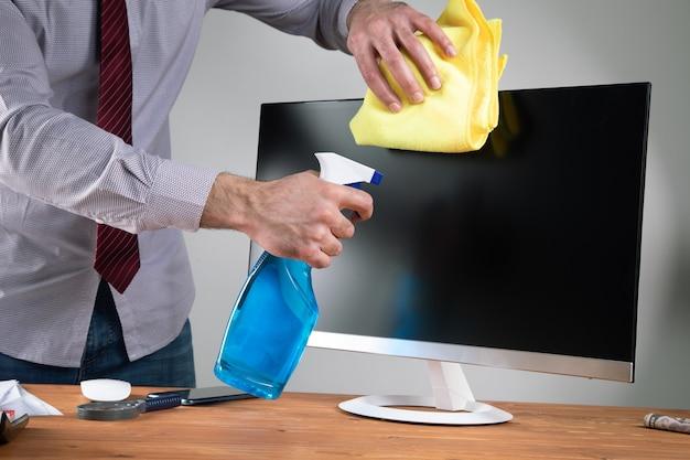 ぼろきれでコンピュータの画面を掃除します。