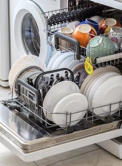 食器洗い機で洗った後に皿をきれいにしてください。
