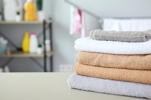 세탁실에서 깨끗한 수건과 세탁 세제