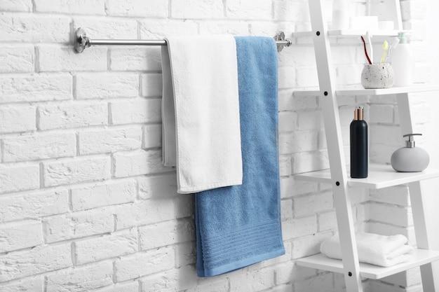 バスルームのラックにある清潔なタオル