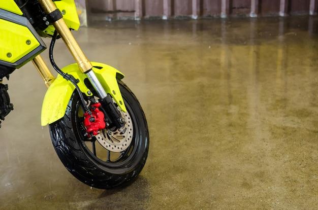 세차장에서 녹색 오토바이 세척을 청소하십시오.