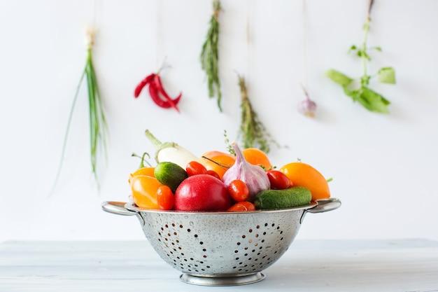金属ザルで野菜をきれいにします。健康的な食事。